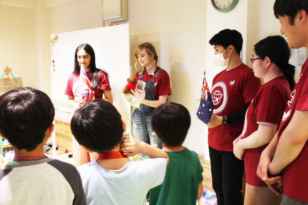 坂本ゼミ生らが地元の民間学童保育の子どもたちに対して「グローバル英語体験」を実施