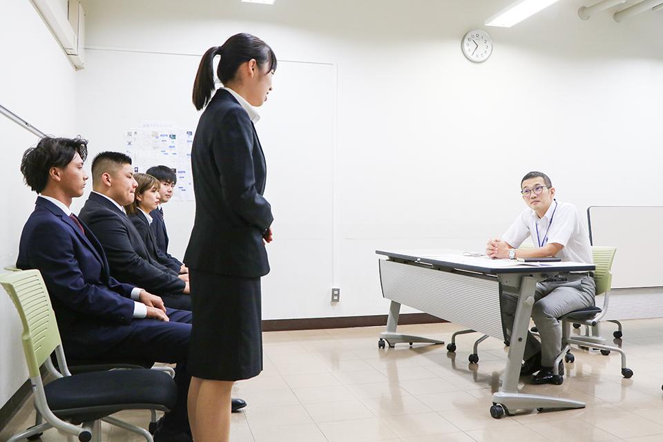 企業の人事担当者を招き就活を疑似体験。3年次のキャリア教育科目で今年からスタートした「模擬就活」の様子