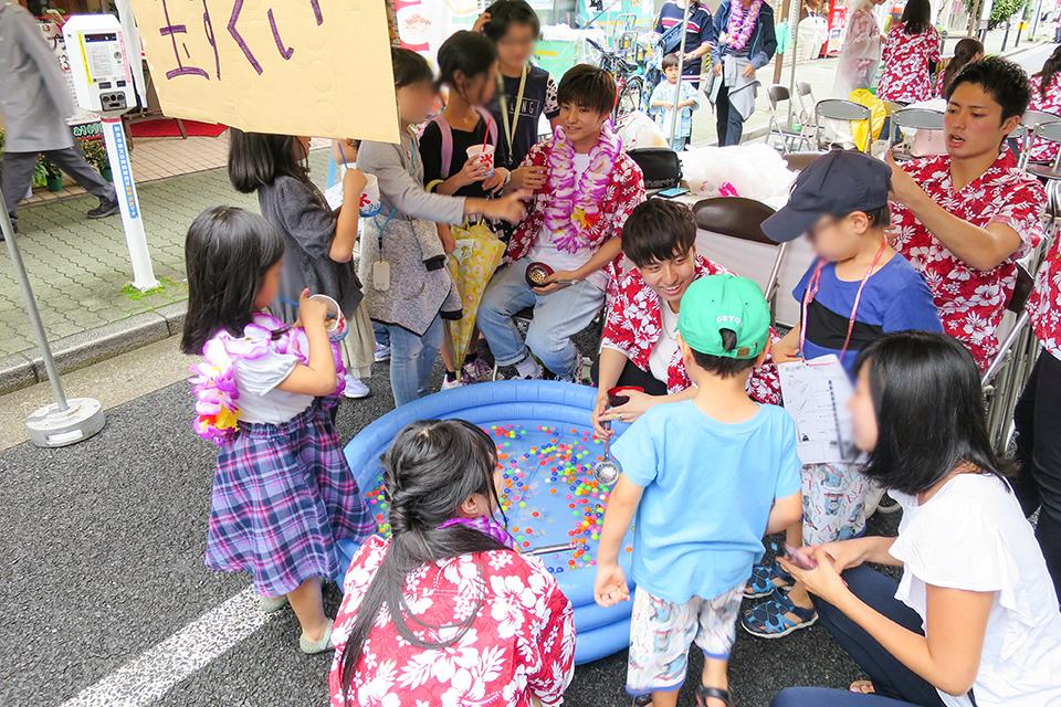 本郷大横丁通り商店街の納涼祭に人間科学部の学生がボランティア参加、地域の人々と交流