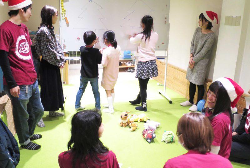 世界の子どもたちとクリスマスカードを交換。坂本ゼミが地元の民間学童保育で行う「グローバル英語体験」