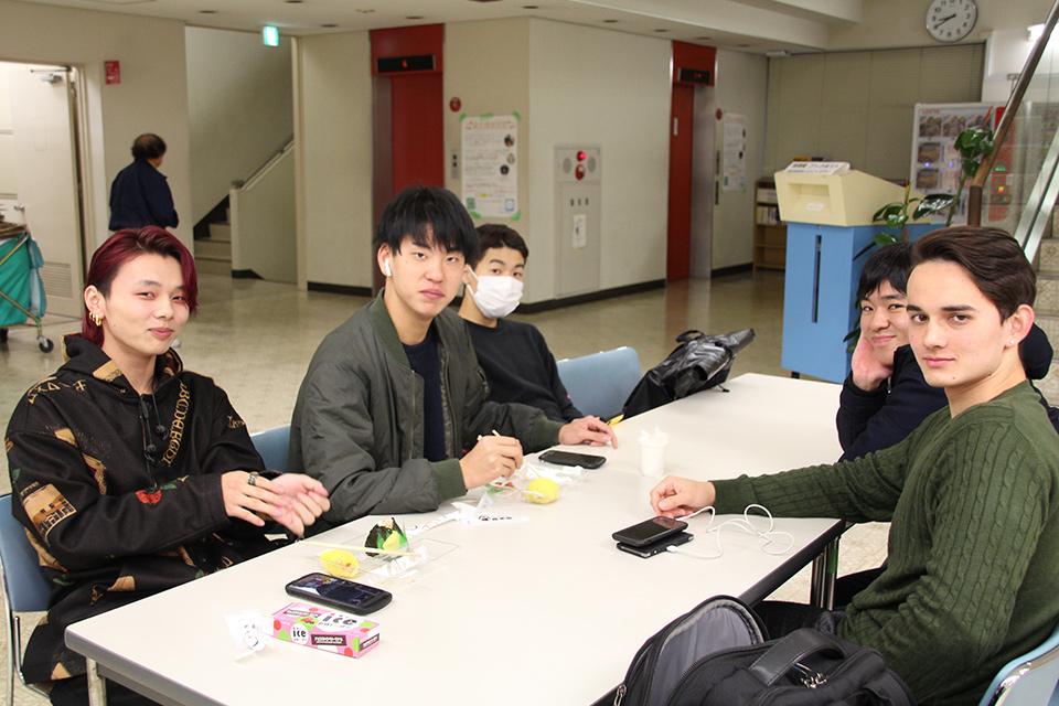 朝食を摂る学生たち