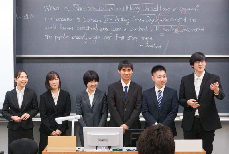 後輩を前に模擬授業も。教職課程履修者による教育実習報告会の模様