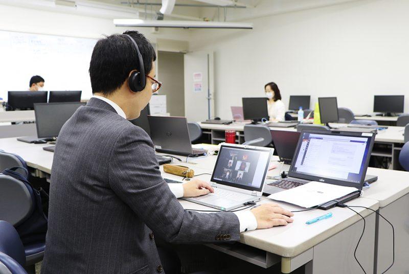 3年次の全学生対象、必修授業内で「オンライン模擬就活」を実施  キャリアコンサルタントと連携しWeb会議ツールを活用。7月4日(土)、11日(土)にも実施予定。